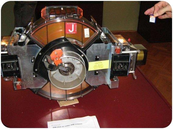Un disque dur d'il y a 20 ans, comparé à une carte mémoire récente.