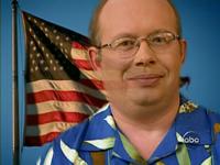 L'un des juges devant un drapeau américain